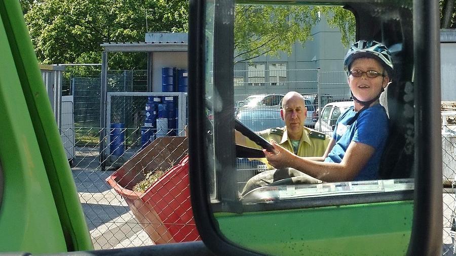 Achtung, toter Winkel: Beim Ferientag bei Uvex konnten die Kinder selbst austesten, wie wenig ein Lkw-Fahrer sieht.