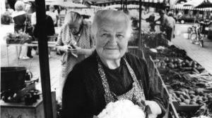 Diese Dame gehörte später zum Hauptmarkt dazu wie der schöne Brunnen. Margarethe Engelhardt aus dem Knoblauchsland war die berühmteste Marktfrau auf dem Hauptmarkt. Fast 50 Jahre lang stand sie an ihrem Gemüsestand auf dem Wochenmarkt. Später hat man ihr ein Denkmal auf dem Hauptmarkt gewidmet.