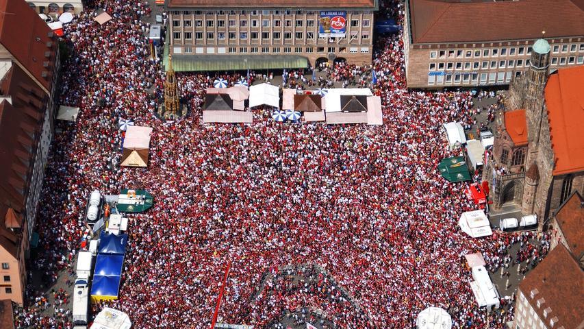 Zum Pokalsieg des 1. FC Nürnbergs im Jahr 2007 verwandelten die Fans des 1. FC Nürnberg den Hauptmarkt in ein rot-schwarzes Jubelmeer.