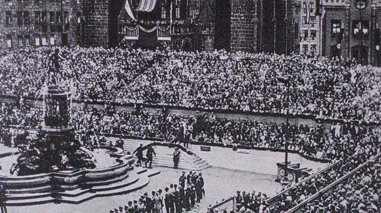 Gegen Ende der Weimarer Republik und in der frühen Zeit des Nationalsozialismus wurde der Hauptmarkt zum zentralen Ort der Reichsparteitage der NSDAP und für Aufmärsche genutzt. Am 25. März 1933 erfolgte die Umbenennung in