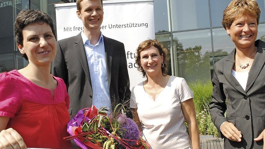 Die Preisträgerin Eleni Papaioannou mit Oberbürgermeister Matthias Thürauf, Kulturamtsleiterin Sandra Hoffmann-Rivero und Daniela Heil von der Sparkassenstiftung Roth-Schwabach (von links).