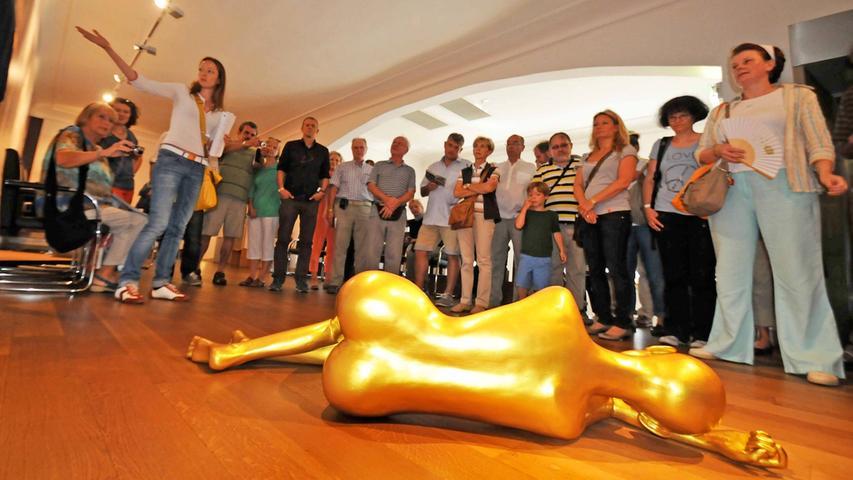 Golden und schlafend liegt eine Figur von Ae Hee Lee im Schwabacher Rathaus.