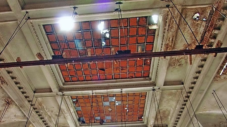 Blick in den Festsaal (hier schon ohne Zwischendecke): Die Stadt hätte laut Ministerium in puncto Erhalt mehr vom Investor verlangen müssen.