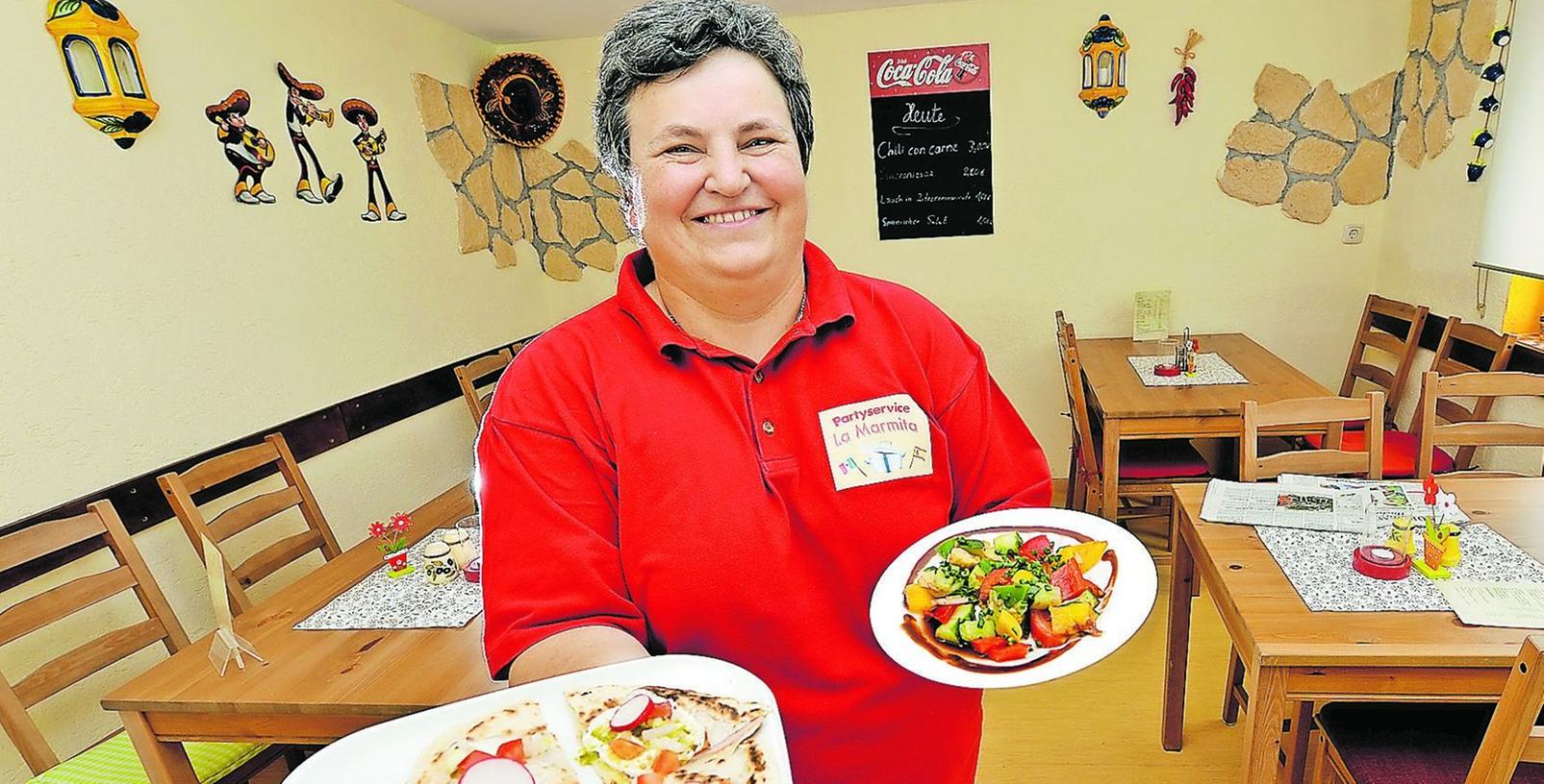 """Petra Kokl in ihrer kleinen """"Bodega"""" in Heßdorf. Hier serviert sie den Gästen — wie auch mit ihrem Partyservice """"La Marmita"""" — Spezialitäten aus Spanien und Mexico."""
