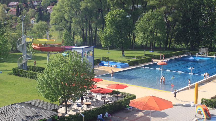 Eine kunterbunte Riesenrutsche ist der Hingucker im Freibad Burghaslach. Zudem gibt es im Naturschwimmbad einen Strandauslauf und einige Sportmöglichkeiten. Alle Infos zum Saisonstart erhalten Sie hier.