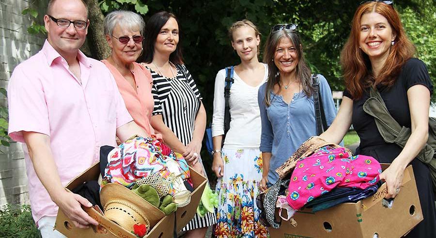 Mitarbeiter und Freunde in sozialer Mission: Das Rauschgold-Team hat Second-Hand-Outfits im Gepäck.