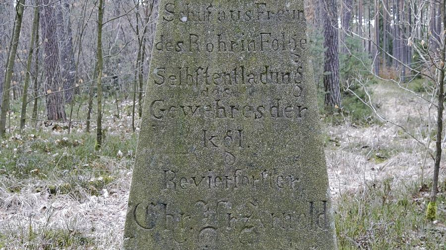 Der Arnoldstein im Tennenloher Forst erinnert an den Tod des Revierförsters Christian Friedrich Arnold im Jahre 1851.
