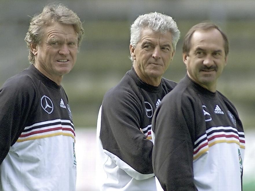 Uli Stielike (rechts) noch im Diensten des DFB. Das Bild enstand anno 1996 beim Training der Nationalmannschaft in Dortmund, links der damalige Torwarttrainer Sepp Maier, in der Mitte Bundestrainer Erich Ribbeck.