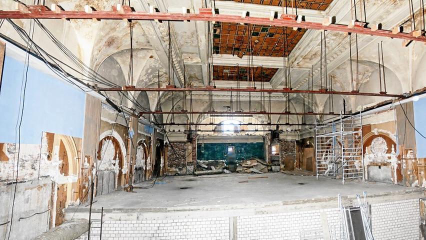 Blick in den Saal Anfang Juli. Der untere Teil ist verbaut: Der Discounter Lidl, der im Hotelgebäude an der Breitscheidstraße zu finden war, hatte hier einen Lagerraum eingebaut.