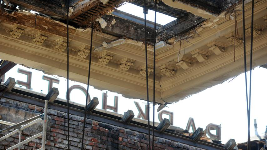 Die Tage des Festsaals sind gezählt. Die historische Decke ist noch zu erkennen - und dahinter der vertraute Schriftzug auf dem Hoteldach.