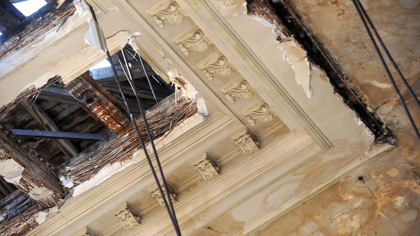 Die Tage des Festsaals sind gezählt: Detailaufnahme der Decke.