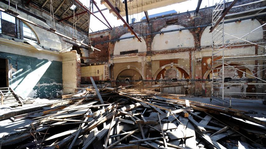 Die Tage des Festsaals sind gezählt. Vor dem endgültigen Abriss sieht der Saal derzeit so aus.