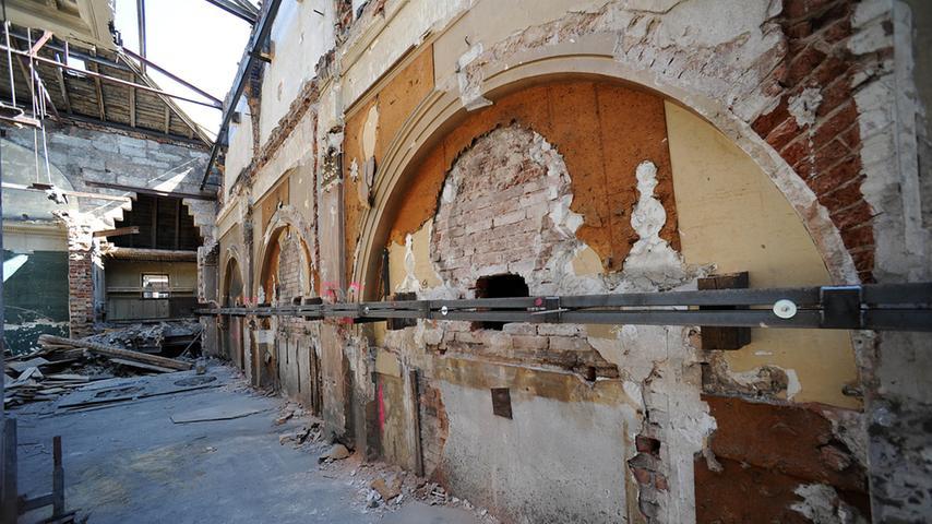 Die Tage des Festsaals sind gezählt. Vor dem Abriss sieht der Saal derzeit so aus. Die Stuckmedaillons aus dem 19. Jahrhundert wurden bereits 2010 abgeschlagen. Der Täter wurde bis heute nicht ermittelt.