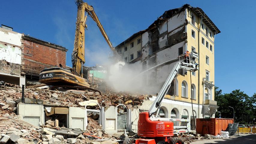 Die Tage des Festsaals sind gezählt. Während draußen der Abbruch des Hotel-Gebäudes fortschreitet, laufen im Festsaal-Gebäude (das ist das mit der Backsteinwand) die Vorbereitungen.