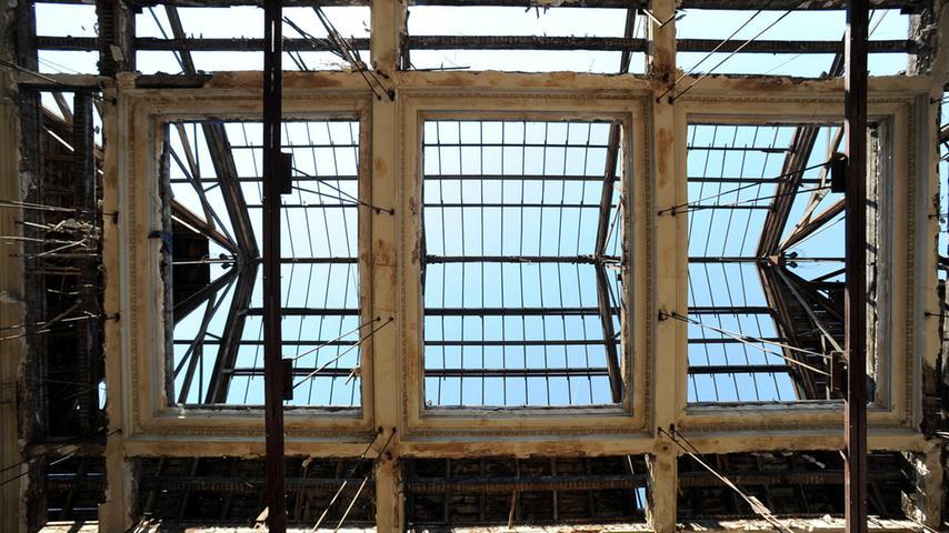 Die Tage des Festsaals sind gezählt. Blick nach oben. Die Glasscheiben sind längst entfernt.