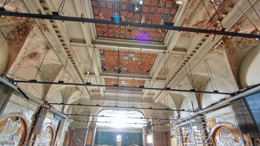 Anfang Juli wurde die Zwischendecke entfernt, erstmals war der Blick in den ganzen Saal möglich. Die Decke mit dem Oberlicht war damals noch unversehrt.