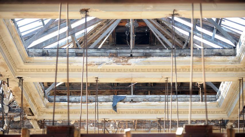 Die Tage des Festsaals sind gezählt. Blick auf die historische Decke, die mit ausschlaggebend dafür ist, dass der Saal unter Denkmalschutz stand.