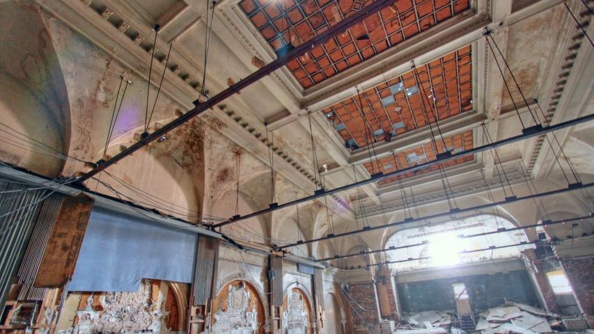 Anfang Juli wurde die Zwischendecke entfernt, erstmals war der Blick in den ganzen Saal möglich. Die Decke mit dem Oberlicht war damals noch unversehrt. Zur Abdunkelung für den Kinobetrieb waren die Glasscheiben rot angemalt worden.