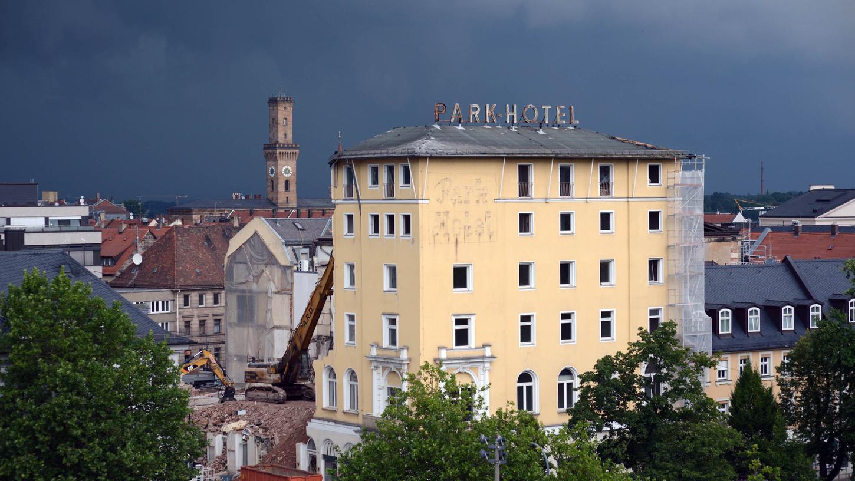 Gewitterwolken am Montag: Das Park-Hotel ist schmal geworden.