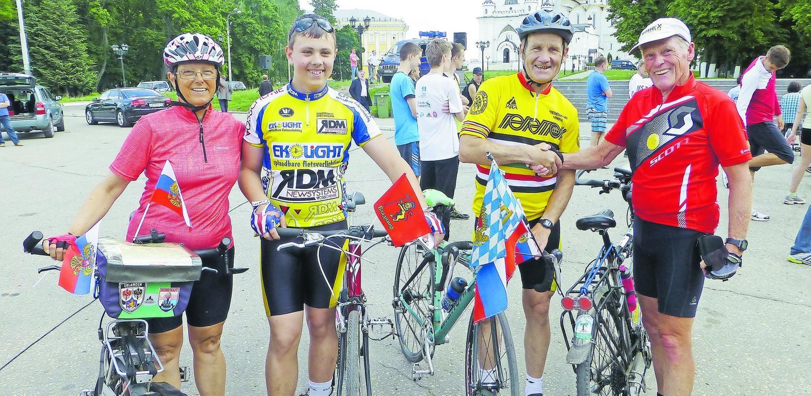 Die Russland-Radler Doris (l.) und Klaus Höhle (r.) haben auch in Erlangens Partnerstadt Wladimir ihre Fans und Bewunderer gefunden.