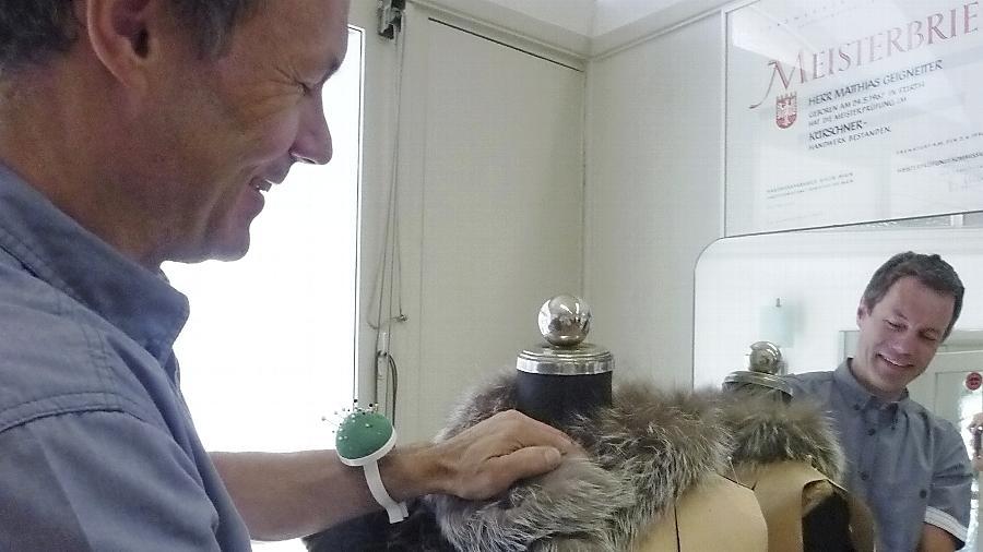 An der Schneiderpuppe steckt Matthias Geignetter den Pelz und schaut sich an, wie der Mantel fällt.