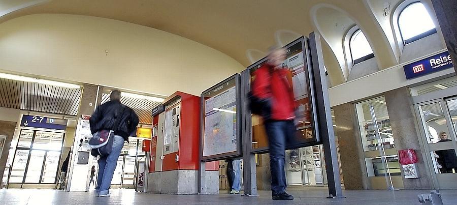 Bereits in den vergangenen Jahren wurden immer wieder arglose Personen von Jugendlichen in den öffentlichen Verkehrsmitteln in Fürth (hier die Eingangshalle des Hauptbahnhofes) zusammengeschlagen.
