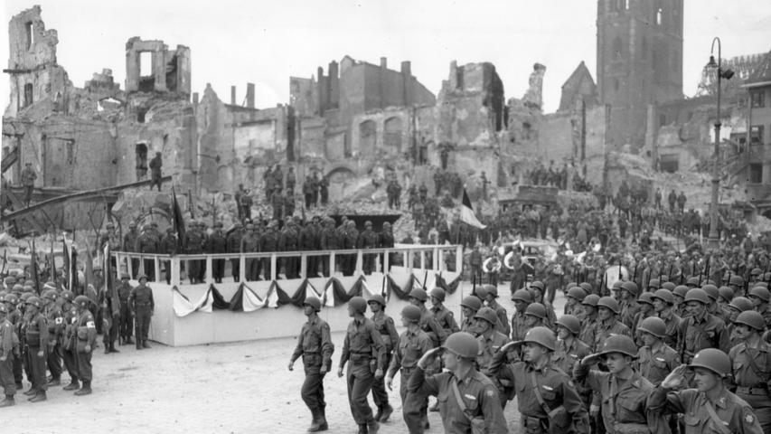 Nürnberg blieb bis zur Nacht auf den 29. August 1943 von größeren Bombardements der alliierten Luftstreitkräfte verschont. Die danach stattfindenden Luftangriffe hatten vor allem die Nürnberger Altstadt zum Ziel. Am 2. Januar 1945 wurden am Hauptmarkt die Sebalduskirche, das Rathaus sowie die umstehenden Kaufmanns- und Patrizierhäuser zerstört. Hier ein Bild vom Truppenaufmarsch der US-Army am 20. April 1945.