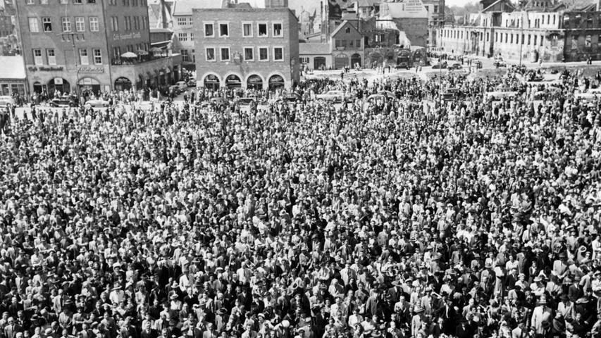 1953 warteten zehntausende Nürnberger auf dem Hauptmarkt auf das Männleinlaufen.