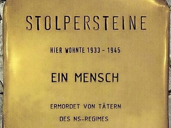 """Das Muster der """"Stolpersteine"""". Die echten werden an die Namen der NS-Opfer erinnern."""