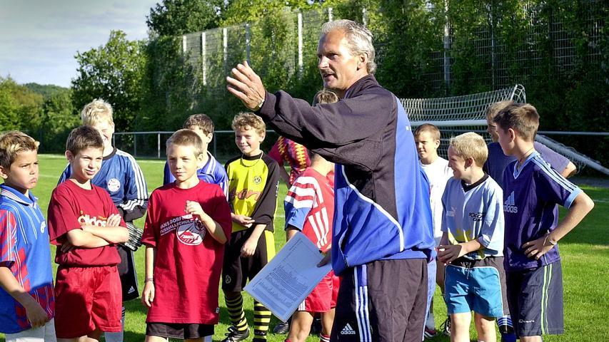 Geboren in Neunkirchen wechselte Beierlorzer 1981 nach fünf Jahren (119 Spiele) für eine Million DM von Nürnberg zum FC Bayern. Der Club musste damals die Gehaltskosten senken, weil er vom DFB strenge Auflagen im Rahmen des Lizenzierungsverfahrens erhalten hatte. Bruder Achim hat sich in der Fußballbranche inzwischen als Trainer übrigens auch einen Namen gemacht.