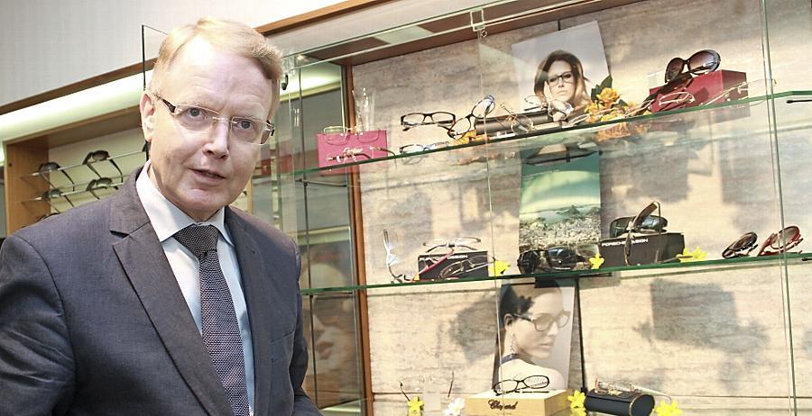 Setzt auf Tradition: Fritz Zschau, Geschäftsführer bei Optiker Leidig, präsentiert eine klassische Rundbrille. Das Familienunternehmen wurde 1853 gegründet.