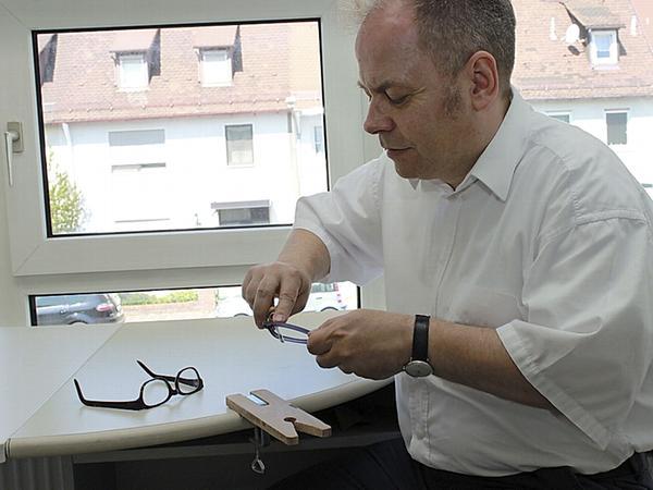 In der Manufaktur von Optik Schlemmer sind die Prozesse so weit wie möglich automatisiert. Immer wieder ist jedoch auch Handarbeit nötig: Das Foto zeigt Oliver Brunner beim Glätten einer Fassung.