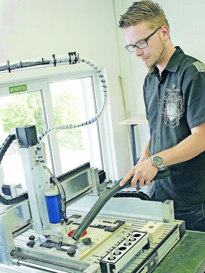 Blick in die neue Brillenmanufaktur von Optik Schlemmer: Mitarbeiter Markus Schönleben reinigt die CNC-Fräse, die dort zum Einsatz kommt.