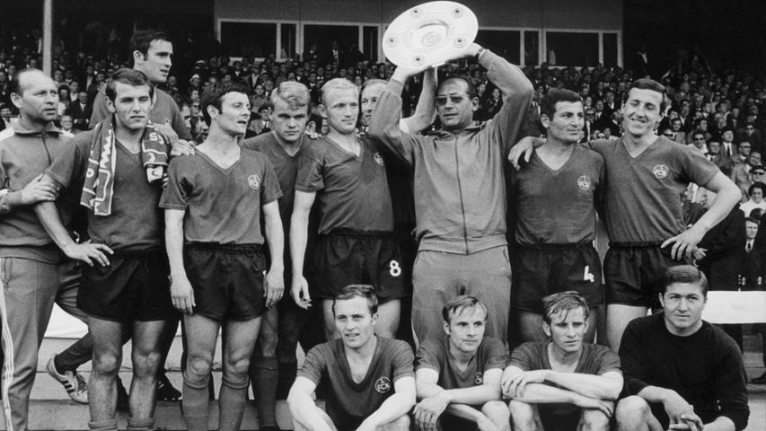 August Starek, der gebürtige Wiener (hintere Reihe, 3. v. li.) wurde 1968 mit dem Club Deutscher Meister. Anschließend wechselte er an die Isar und schnappte sich im Folgejahr erneut die Schale. Der schwarze Gustl aus Simmering, wie er wegen seiner Haarfarbe genannt wurde, brachte Wiener Charme nach Nürnberg. Gekommen 1967 vom österreichischen Meister Rapid Wien, beeindruckte der Nationalspieler im Mittelfeld mit spielerischer Eleganz und ordentlich Schmäh gegen den Zuchtmeister Merkel, weshalb der Trainer seinen Landsmann nach dem Meisterjahr gleich wieder aussortierte. Mit den Bayern wurde Starek auch Pokalsieger, 1971 kehrte er für ein Regionalliga-Jahr nach Nürnberg zurück. Später wurde Starek ein respektierter Trainer und Experte in seiner österreichischen Heimat.