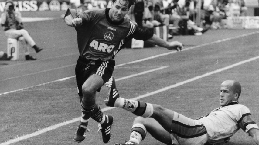 1993 feierte Michael Wiesinger sein Bundesliga-Debüt für den 1. FC Nürnberg. Der gebürtige Burghauser (hier im Duell mit Michael Frontzeck) kam im FCN-Dress auf 186 Spiele (25 Tore), bevor er 1999 zum FCB wechselte, 2001 mit diesem Champions-League-Sieger wurde und anschließend mit Thorsten Fink die Trophäe entführte. Nach dennoch nur 19 Einsätzen in drei Jahren heuerte Wiesinger beim Lokalrivalen TSV 1860 an. Später kehrte Wiesinger zurück zum Club. Zunächst betreute er die U23. Danach war er in der Bundesliga beim Nürnberger Trainer-Tandem der Mann für die