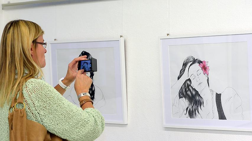 Sabine Roidl stellt unter anderem fünf Selbstporträts in Schwarz-Weiß vor, die eine kontrastreiche Serie bilden, die man als Stationen des Lebens einer Frau deuten könnte.