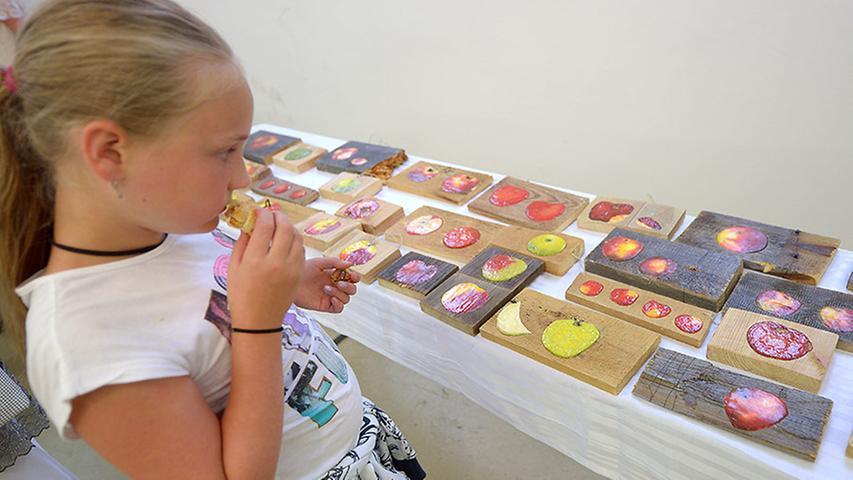 Auch die jungen Besucher betrachteten ausführlich die Werke der zwei Künstlerinnen.