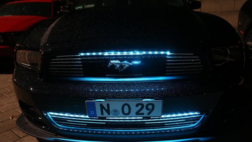 ... und bei diesem schicken Mustang rückt die Beleuchtung die Details ins rechte Licht.