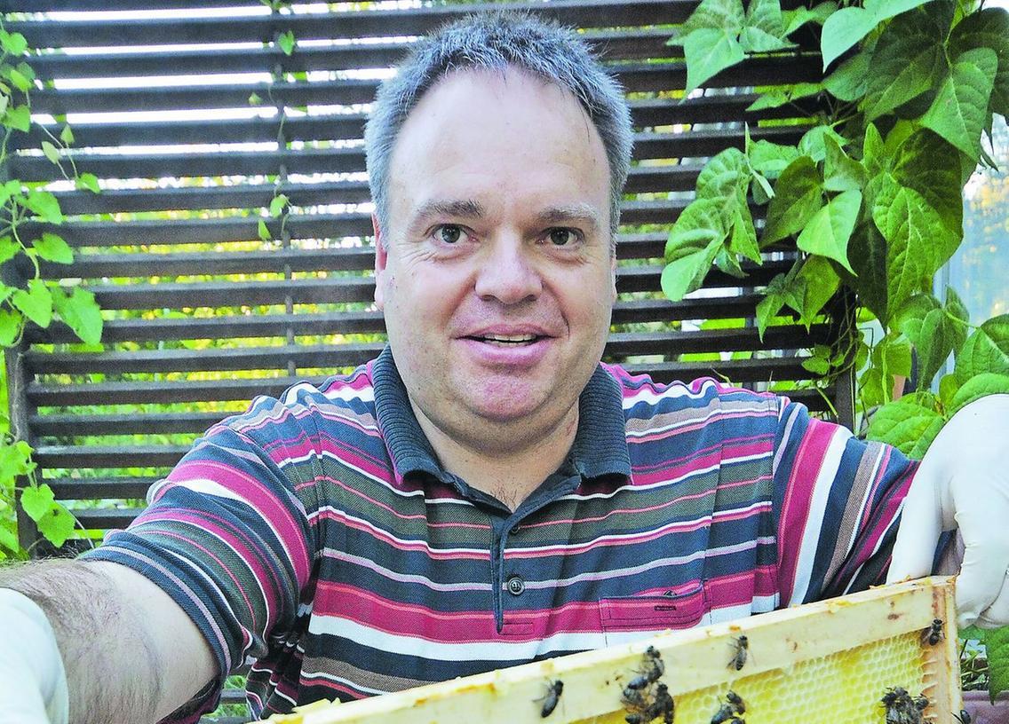 Imker Christian Seyfferth mit seinen Bienen, die das Stadtleben zu schätzen wissen.