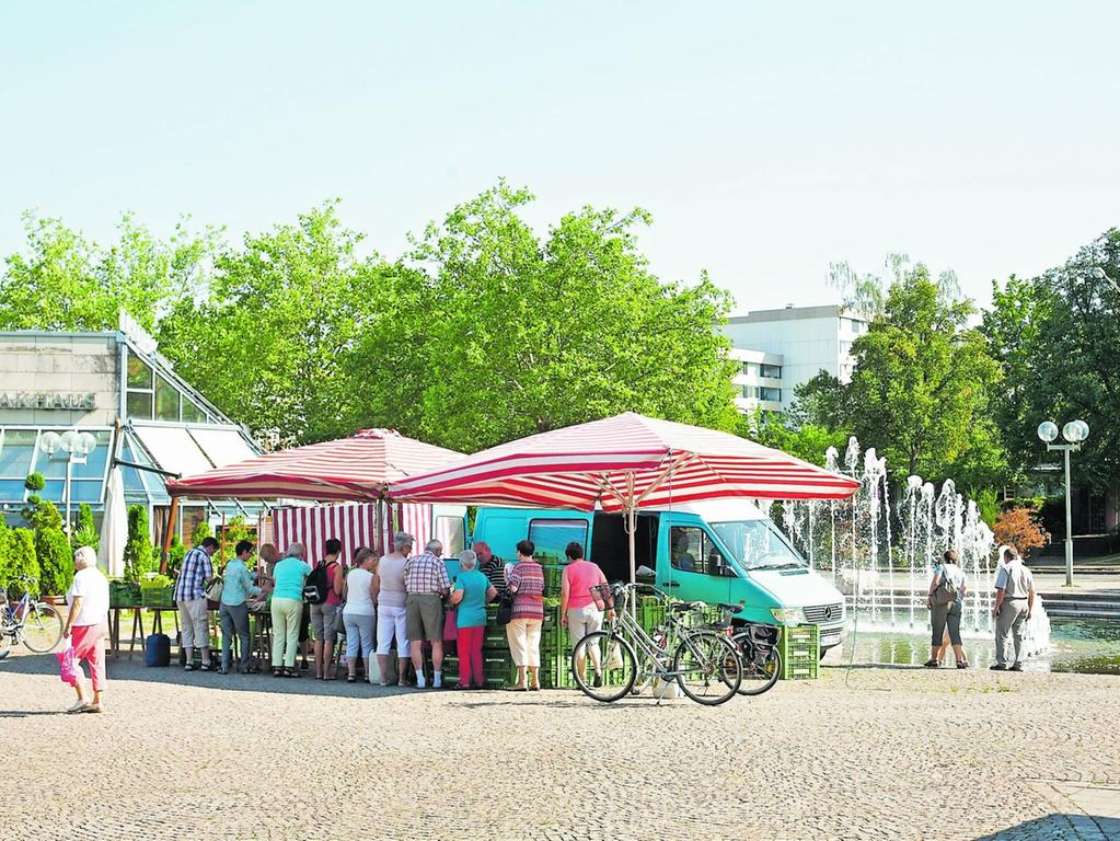 Dichtes Gedränge: Auf dem Bauernmarkt am Heinrich-Böll-Platz in Langwasser gibt es viele regionale Produkte.