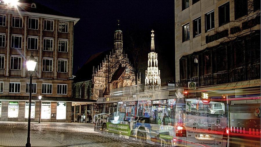 """Mit Langzeitbelichtung hat Dominik Vietinghoff den  Hauptmarkt mit der Buslinie 36 festgehalten. Beim Wettbewerb """"Mein Nürnberg"""