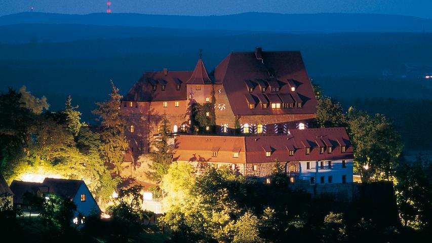 Die Burg Wernfels wurde im Jahre 1925 in eine Jugendherberge verwandelt. Seitdem ist sie eine wichtiger Treffpunkt für die Jugend in der Region. Zahlreiche Burgkonzerte, Burgfeste und Gottesdieste finden über das Jahr verteilt statt. Einen aktuellen Veranstaltungskalender finden Sie hier.