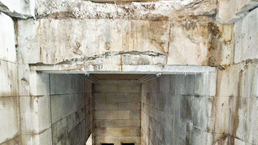 Eine freigeräumte Treppenanlage in der  Zeppelintribüne offenbart das Ausmaß der Schäden.