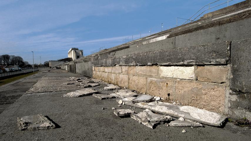 An vielen Stellen lösen sich auf den Stufen der Zeppelintribüne  die Mauerverblendungen.
