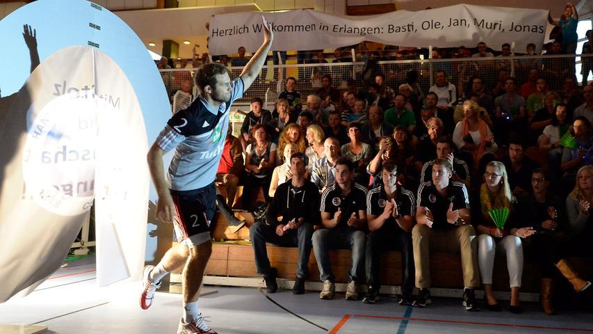 Zur ersten Ligapartie der neuen Saison empfing der HC Erlangen den EHV Aue im Hiersemann-Haus. Bei Einlauf der Teams wurden auch die Neuzugänge von den Fans begrüßt.