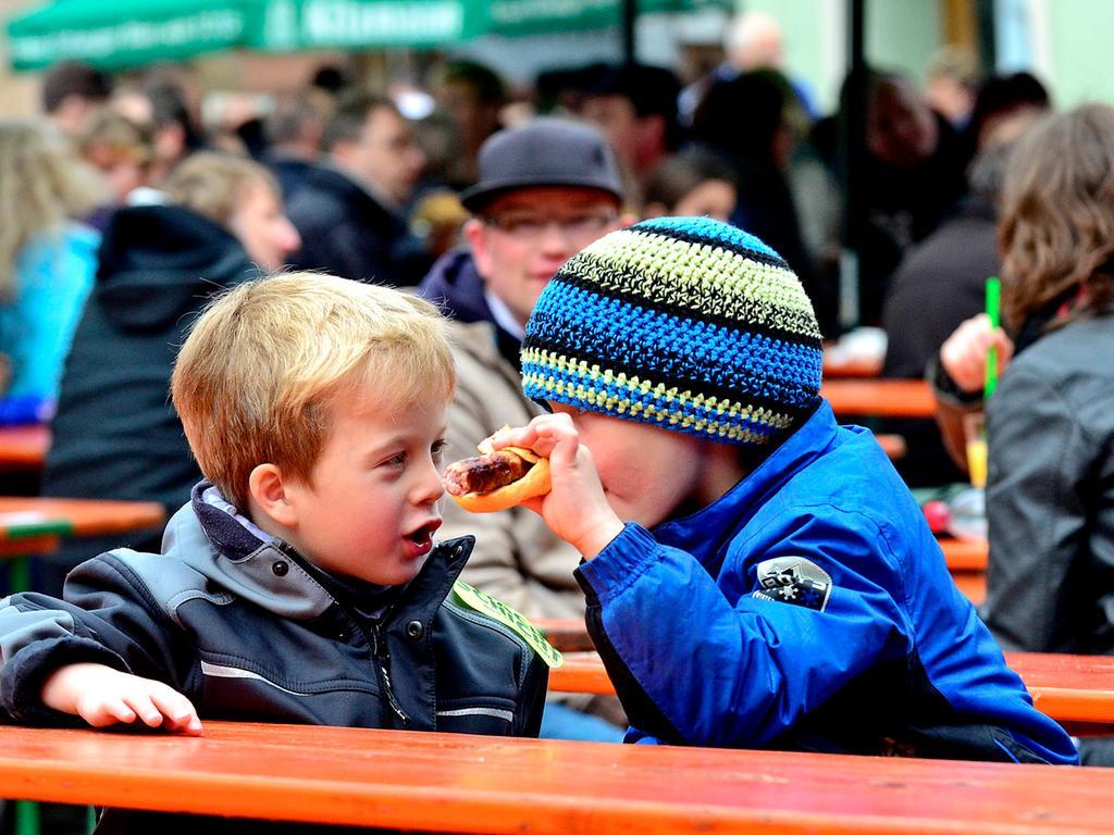 DATUM: 02.06.2013..RESSORT: Lokales ..FOTO: Horst Linke ..MOTIV: Altstadtfest  Herzogenaurach 2013..Der Samstag Nachmittag..Die Herzogenauracher Bratwurst -  einzigartig im Geschmack!..