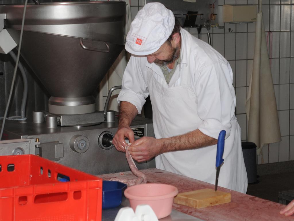 FOTO: Kastenhuber - Januar 2013..MOTIV: Metzgerei Holzinger in Muhr am  See..Bratwurst - Bratwurstproduktion