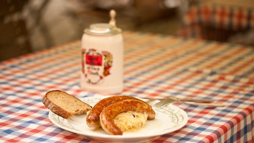 Oder gebratene Bratwürste, serviert mit Senf und Kraut.