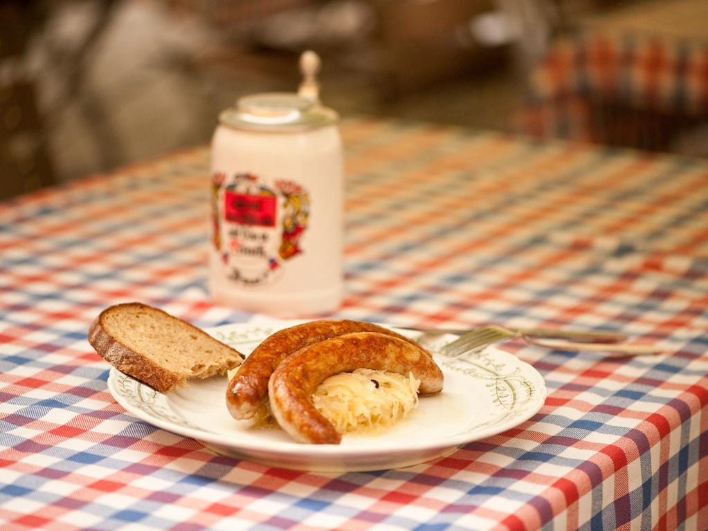 FOTO: MArtin Bursch / Genussreg. Ofr. 2013 gesp..MOTIV: Bratwurst mit Kraut;  fränkische Bratwurst