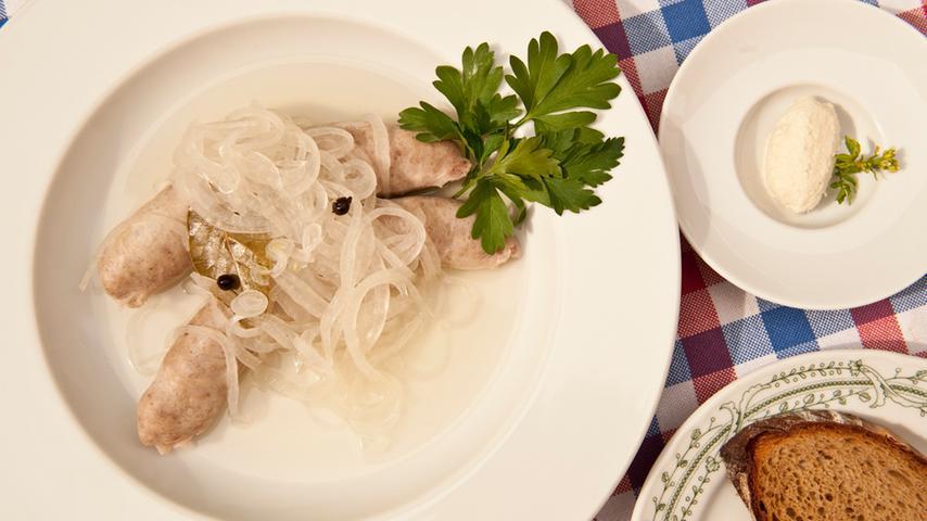 Es gibt die verschiedensten Bratwurstgerichte. Eine Spezialität der fränkischen Küche: Blaue Zipfel. Eine rohe Bratwurst, die in einem Sud aus Zwiebeln, Essig, Weißwein, Salz und Zucker gegart wird.